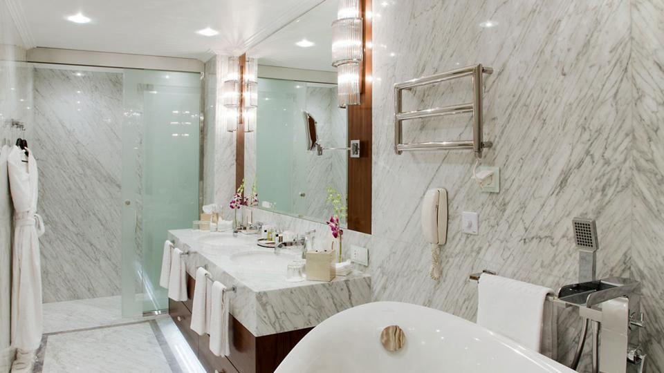Marriott Royal Aurora Hotel Moskau master bathroom